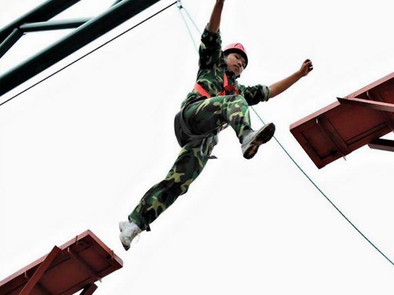188bet官网手机版下载团队野外拓展活动腾冲公司拓展培训高空项目《高空断桥》