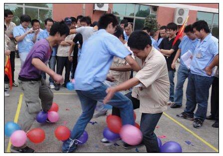 188bet官网手机版下载户外拓展训练中的破冰小游戏《踩气球》