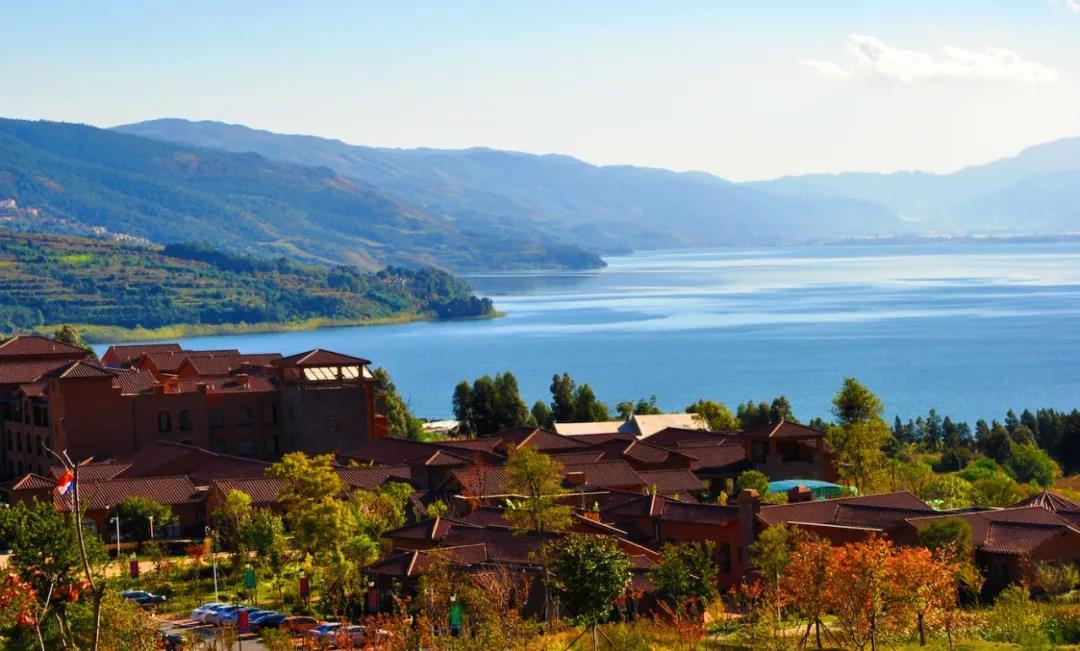 60多个温泉泡池,推窗俯瞰阳宗海景,这是一家神仙酒店—云南华侨城群樱荟度假酒店